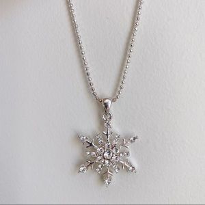 Jewelry - 🎉5/20 SALE🎉 silver/rhinestone snowflake necklace
